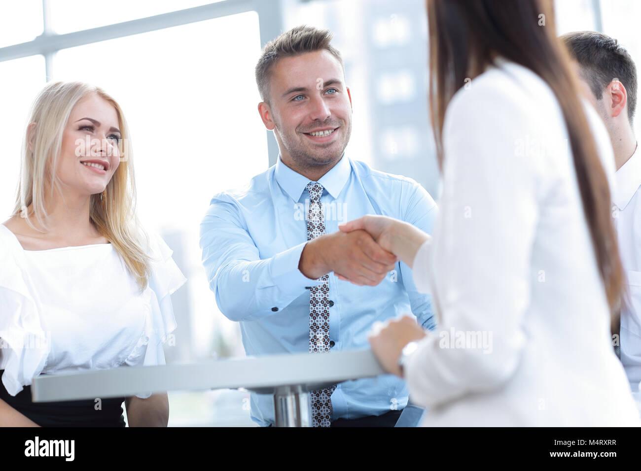 Closeup. Manager agita la mano de una mujer cliente. Imagen De Stock