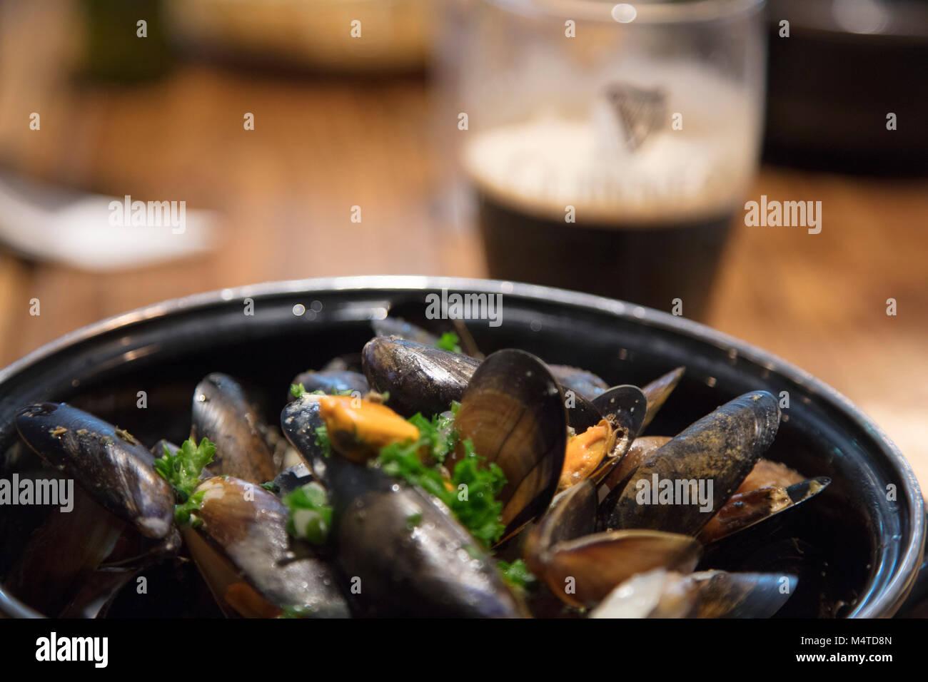 Mejillones y Guinness - excelente comida de pub irlandés. Clifden, en el Condado de Galway, Irlanda. Imagen De Stock