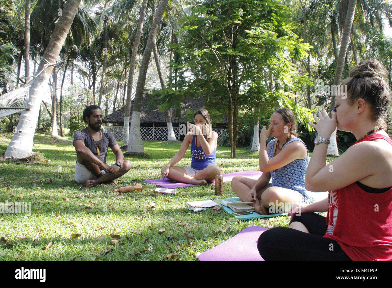 Instructor de Yoga Indio enseñanza pranayama en Kerala, India Foto de stock