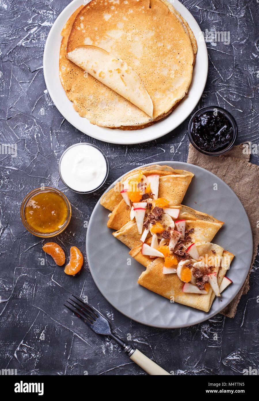 Tortitas crepes con diferentes frutas y chocolate Imagen De Stock