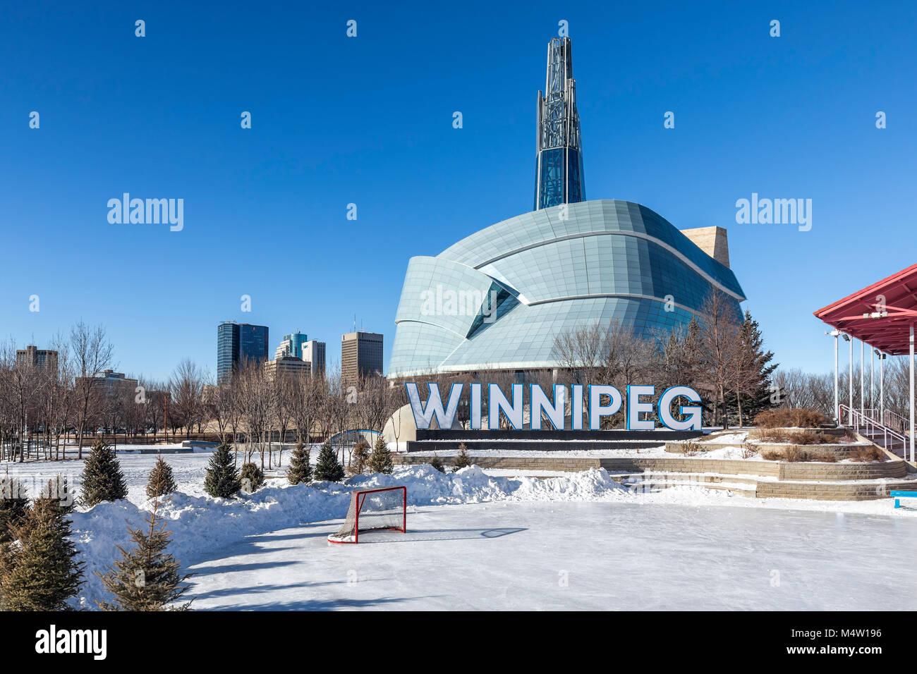 Horizonte de Winnipeg desde las horquillas, con el Museo Canadiense de Derechos Humanos, Winnipeg, Manitoba, Canadá. Foto de stock