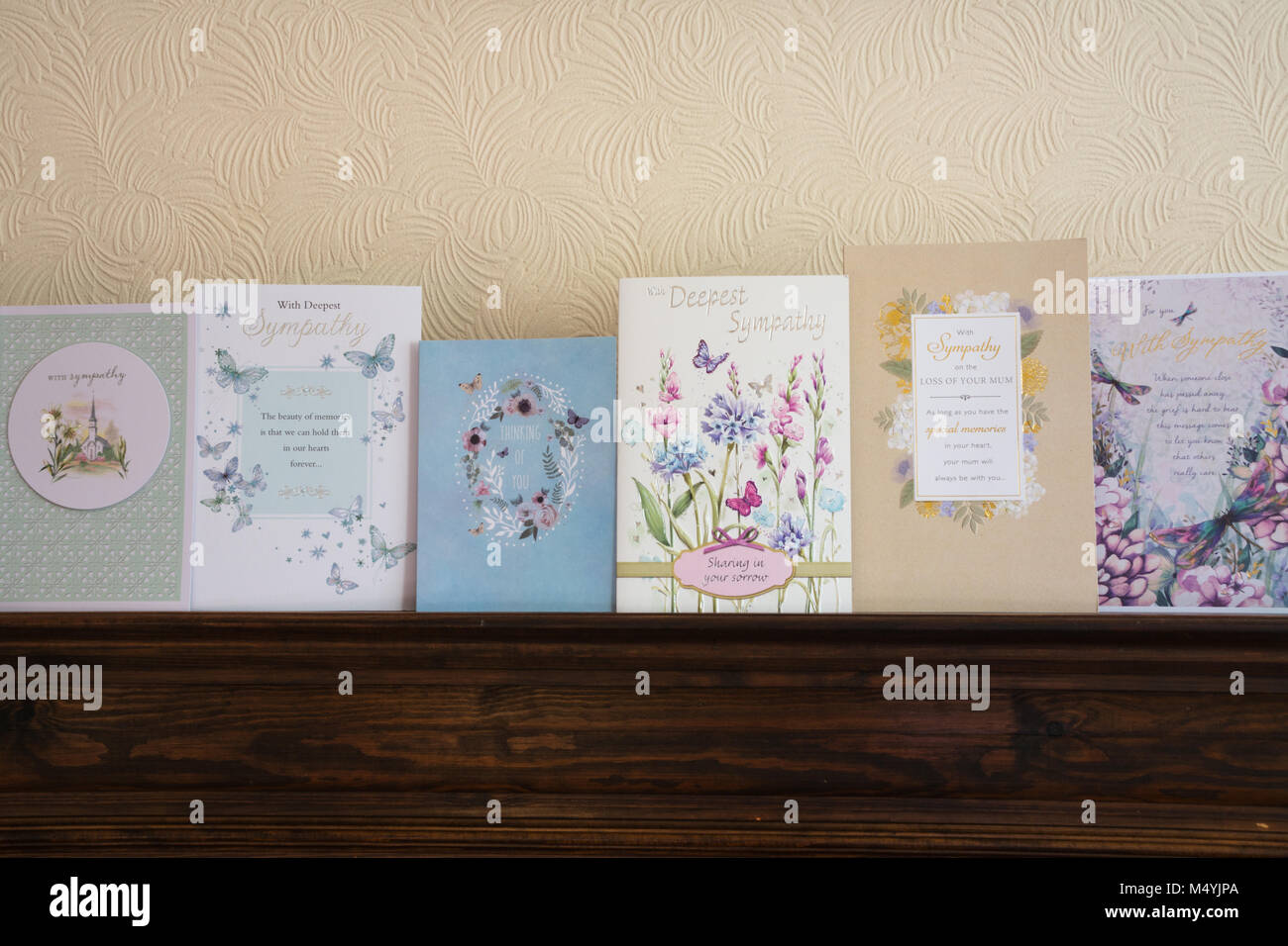Fila de tarjetas de pésame en una repisa de chimenea Imagen De Stock