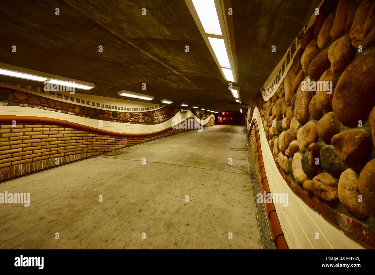 Imágenes de un pasaje subterráneo decorado con un motivo de nativos americanos en el casco antiguo de Imagen De Stock