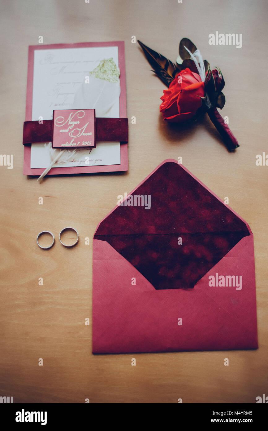 0a8626331a64 Arreglo floral para la solapa del novio invitaciones sobres los anillos de boda  Sobre la mesa