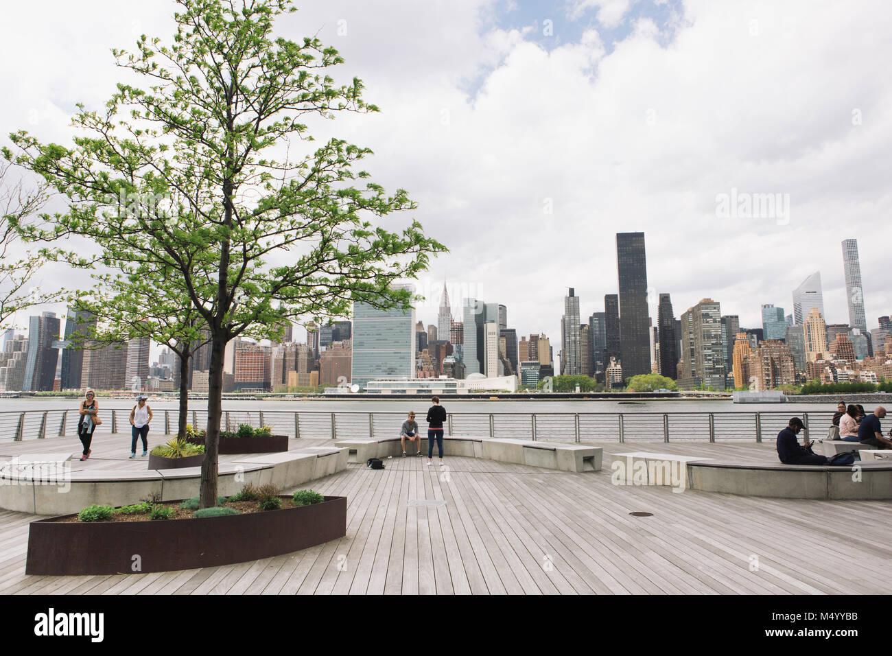 Paseo marítimo con vistas de la ciudad de Nueva York, Plaza de Gantry State Park, de Long Island City, Nueva York, EE.UU. Foto de stock