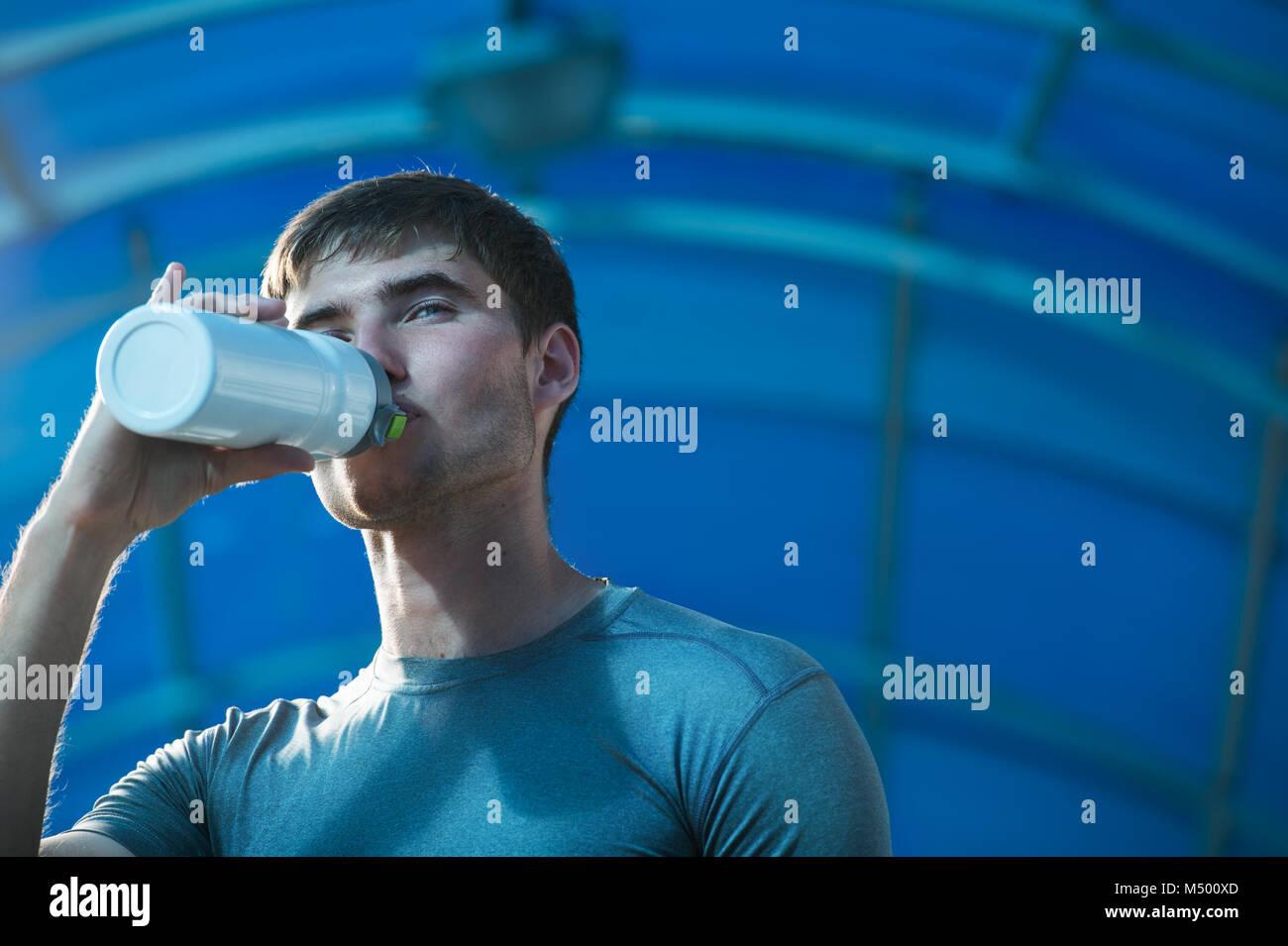 Agua potable joven atlético Imagen De Stock