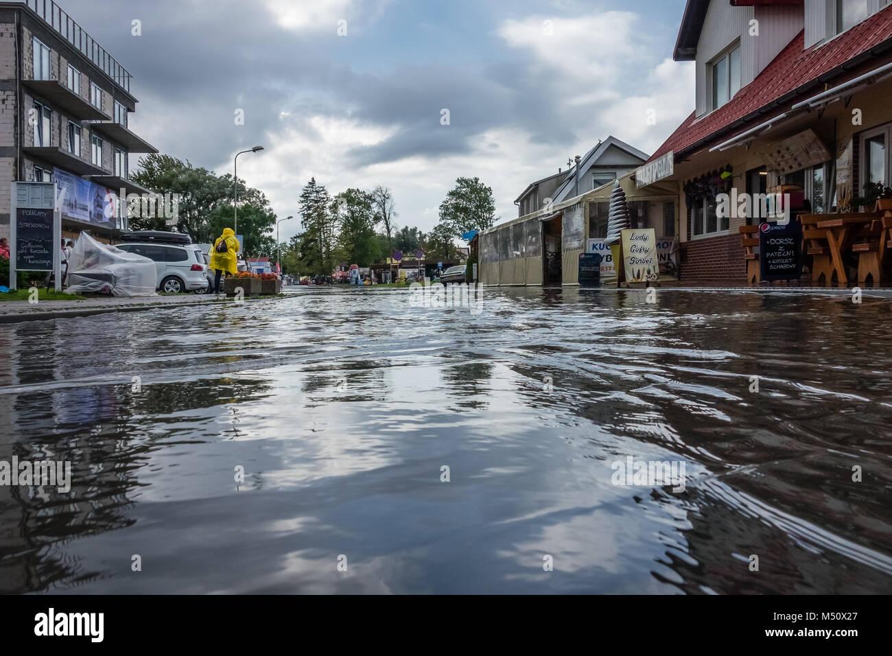 Calle inundada por lluvias torrenciales Imagen De Stock
