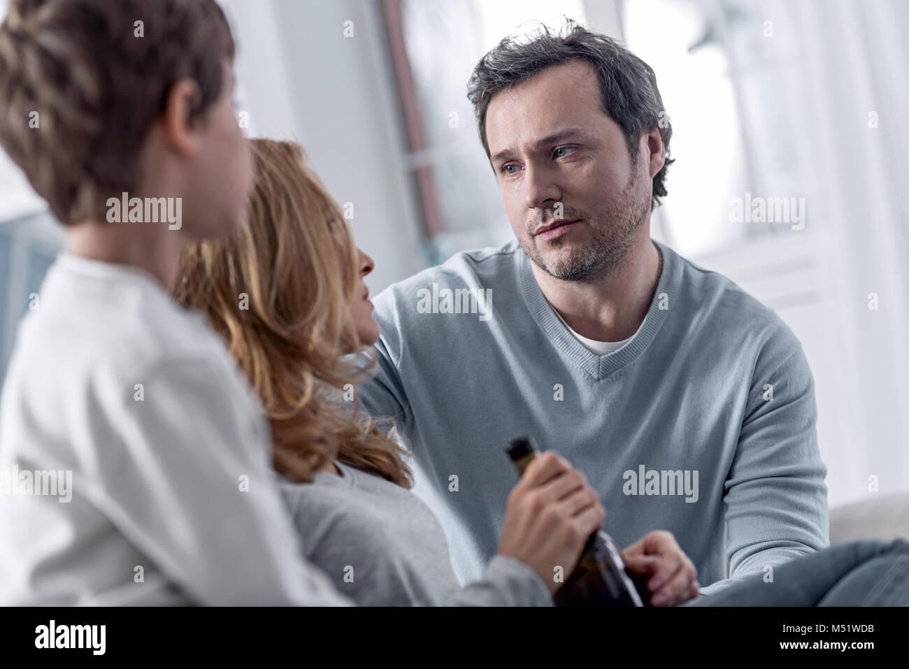 Tipo de hombre mirando a su esposa adictos y sosteniendo a sus Imagen De Stock