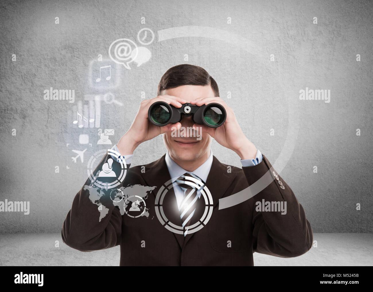 Concepto de tecnología. Empresario con biboculars e interfaz virtual con la web y los medios de comunicación social de iconos Foto de stock