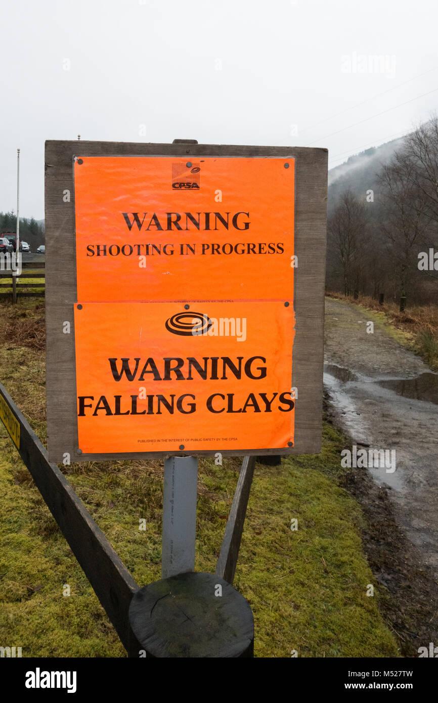 CPSA disparo de advertencia Advertencia en progreso caída de arcillas firmar junto a Arrochar gun club, Scotland, Imagen De Stock