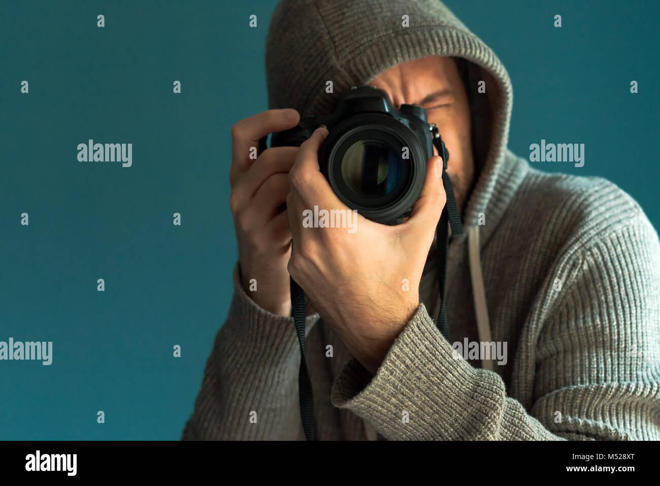 El fotógrafo mantiene el sensor de fotograma completo de la cámara ...
