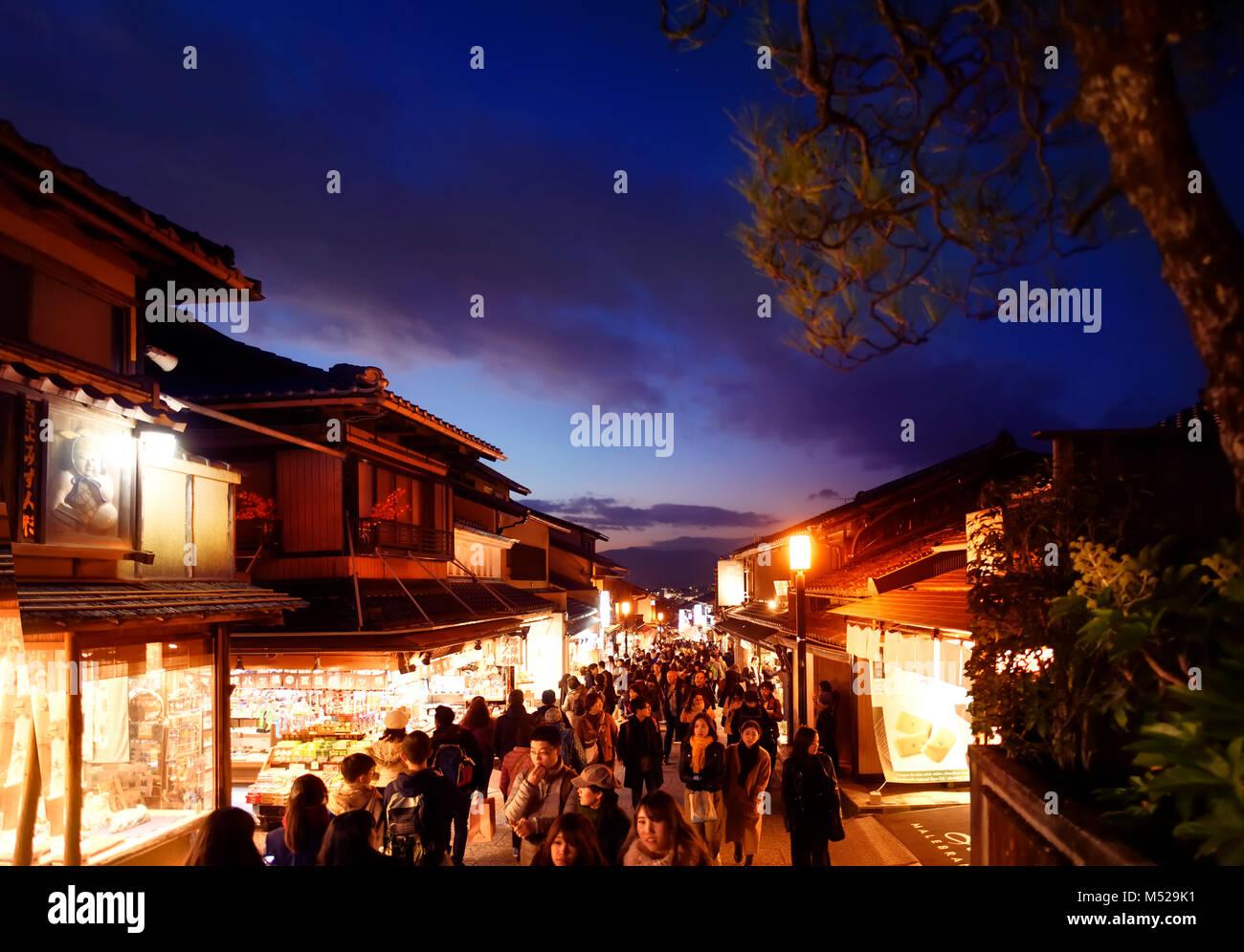 Matsubara dori street en Kyoto en la noche llena de gente y luces brillantes cerca del templo Kiyomizu-dera. Higashiyama, Imagen De Stock