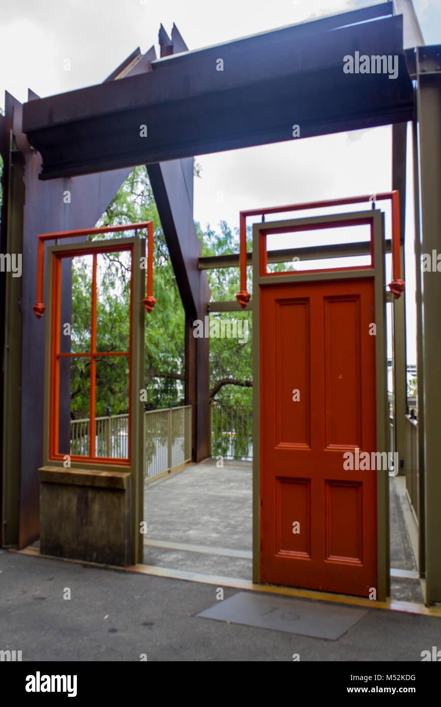 Fundación Parque Monumento en Sydney Entrada. Ventana y puerta roja que conduce a una habitación vacía Foto de stock
