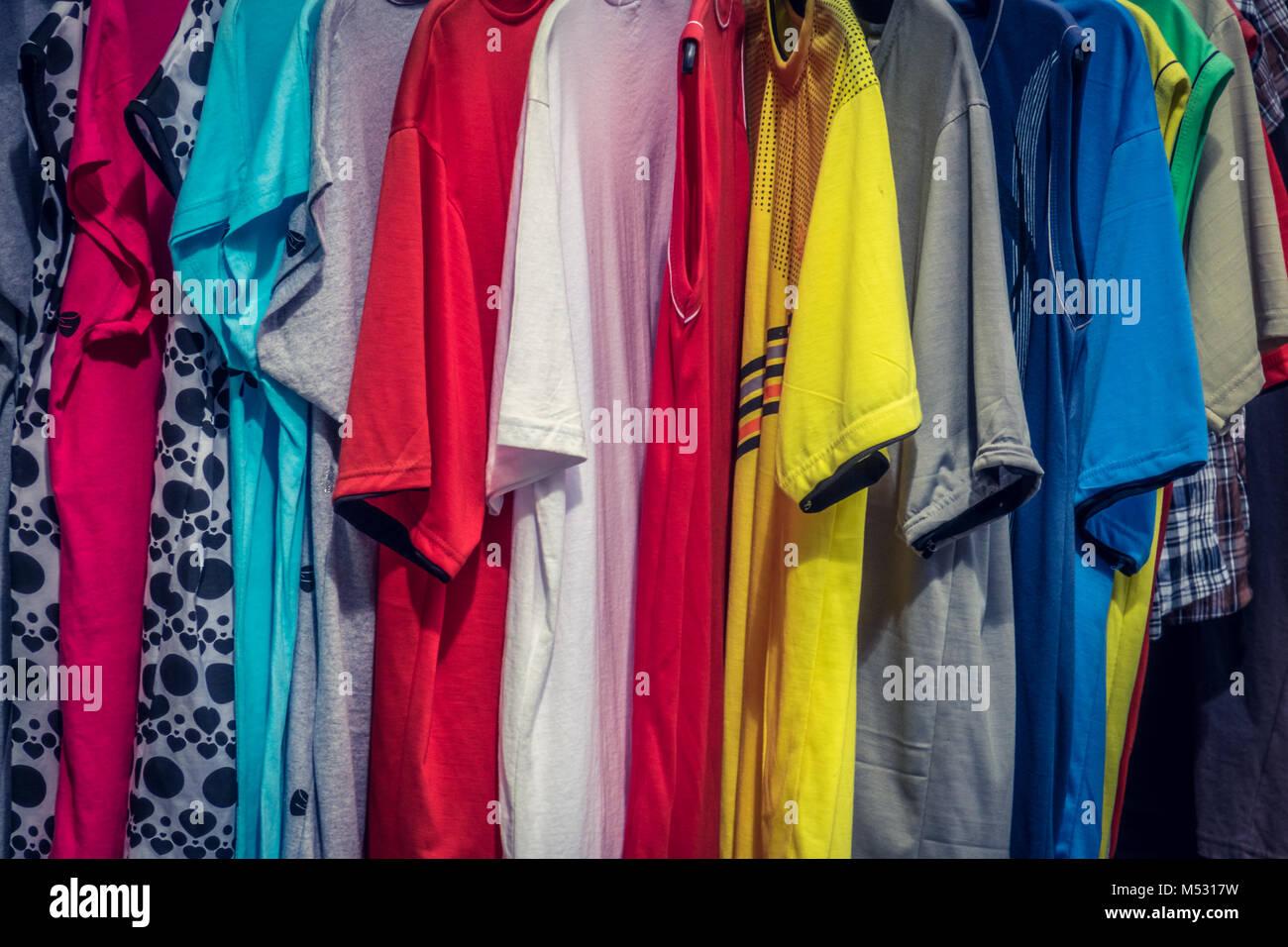 Coloridas camisetas de manga corta para la venta Imagen De Stock