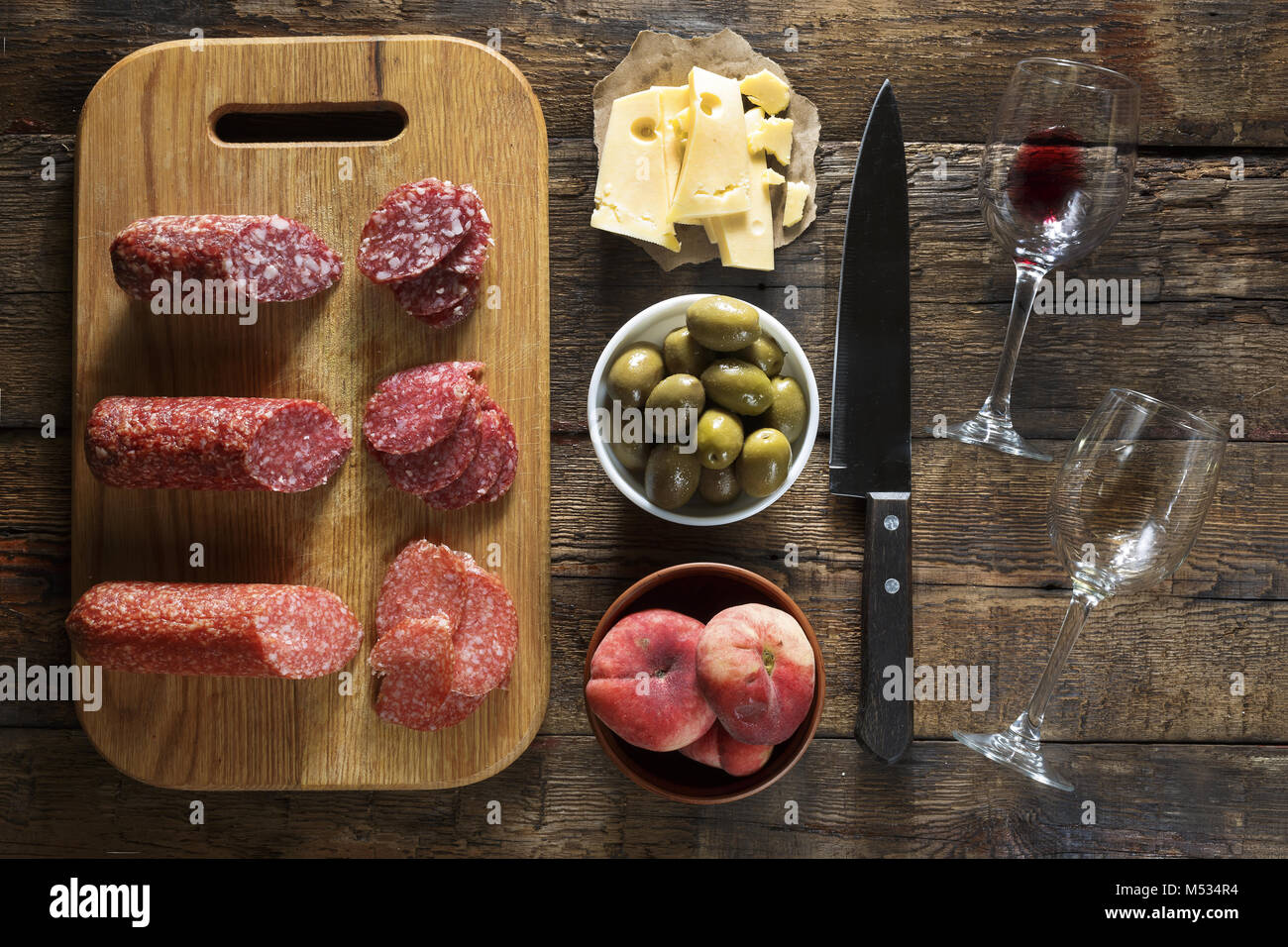 Vino y aperitivos. El cuadro italiano. Cocina francesa. Las tradiciones europeas. Imagen De Stock