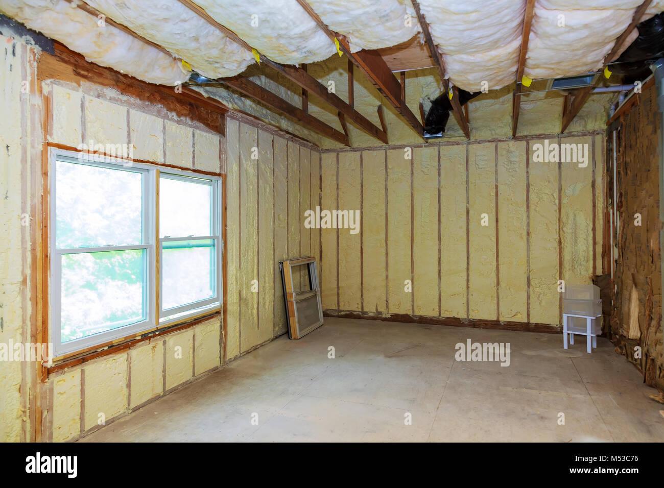 Y hidro aislamiento térmico con espuma en aerosol en la construcción de casas Imagen De Stock