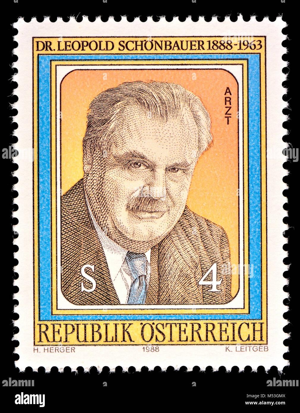Sello austriaco (1988) : Leopold Schönbauer (1888 - 1963) cirujano austríaco e investigador de cáncer Foto de stock