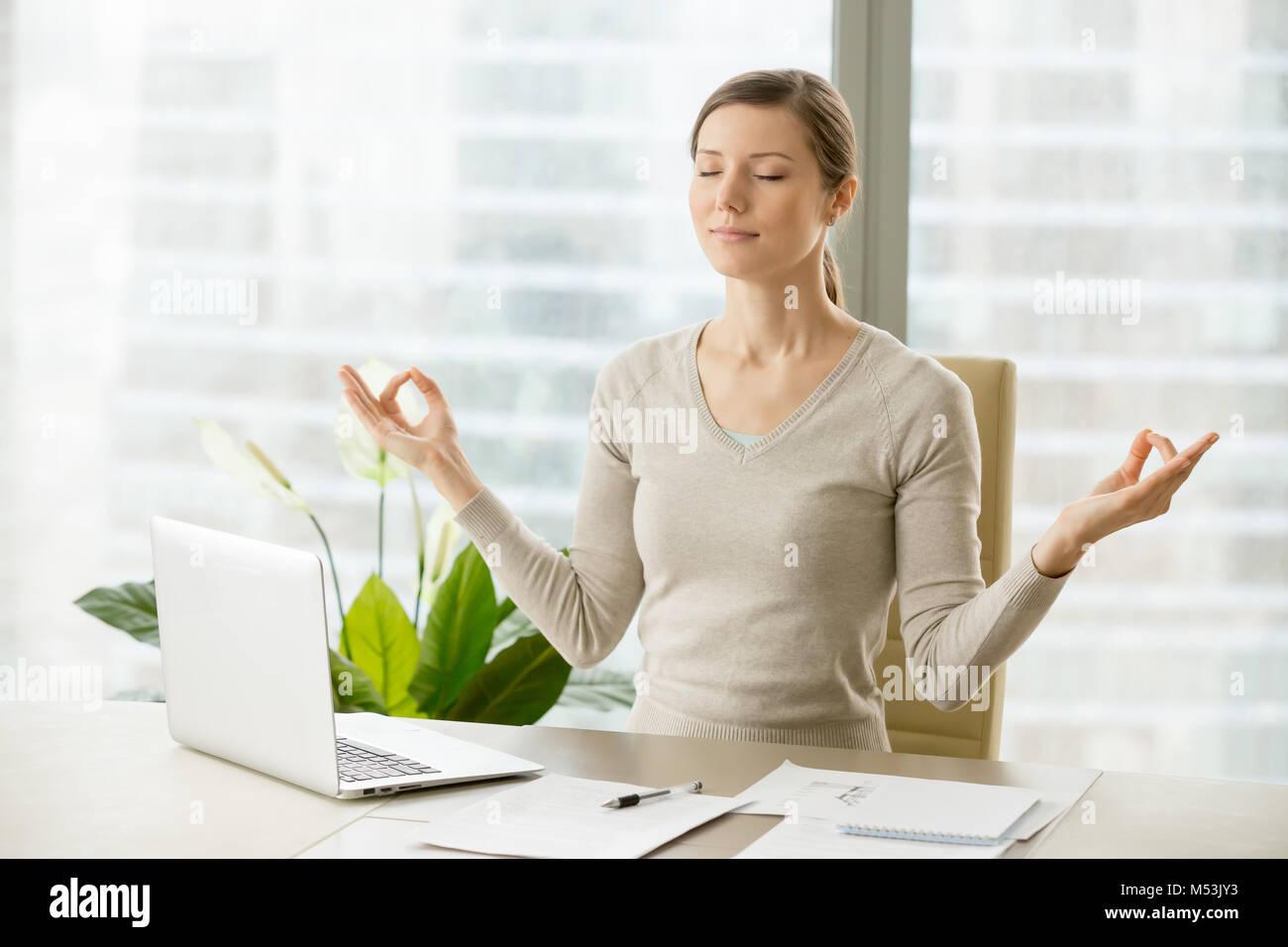 Calma la empresaria relajante con gimnasia respiratoria Imagen De Stock