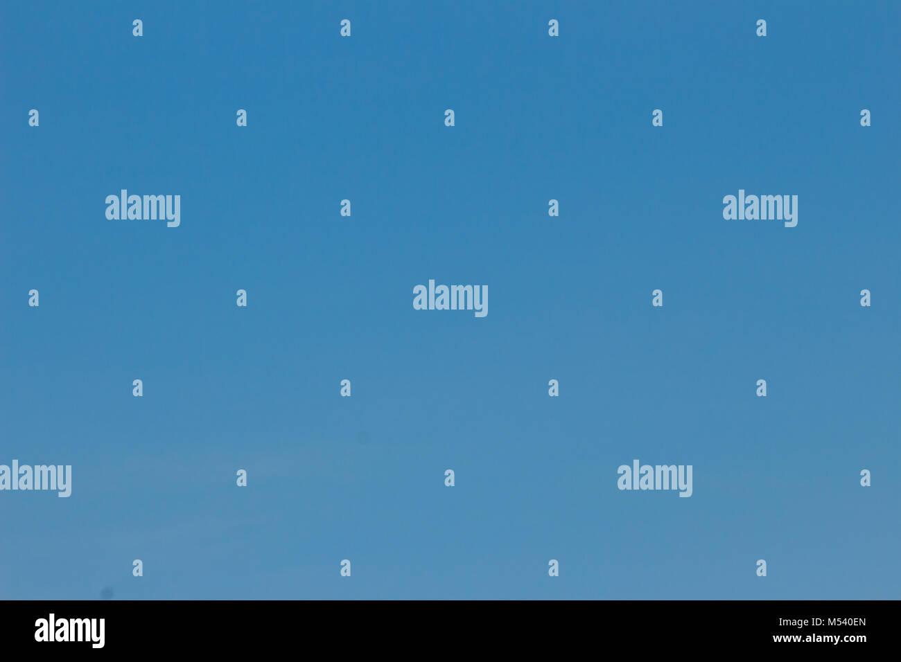 El azul claro del cielo sin nubes. Cielo despejado. Cielo azul sin una nube oculta la vista de día vacío Imagen De Stock