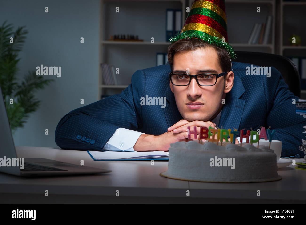 Hombre Celebrando Un Cumpleanos En La Oficina Foto Imagen De Stock