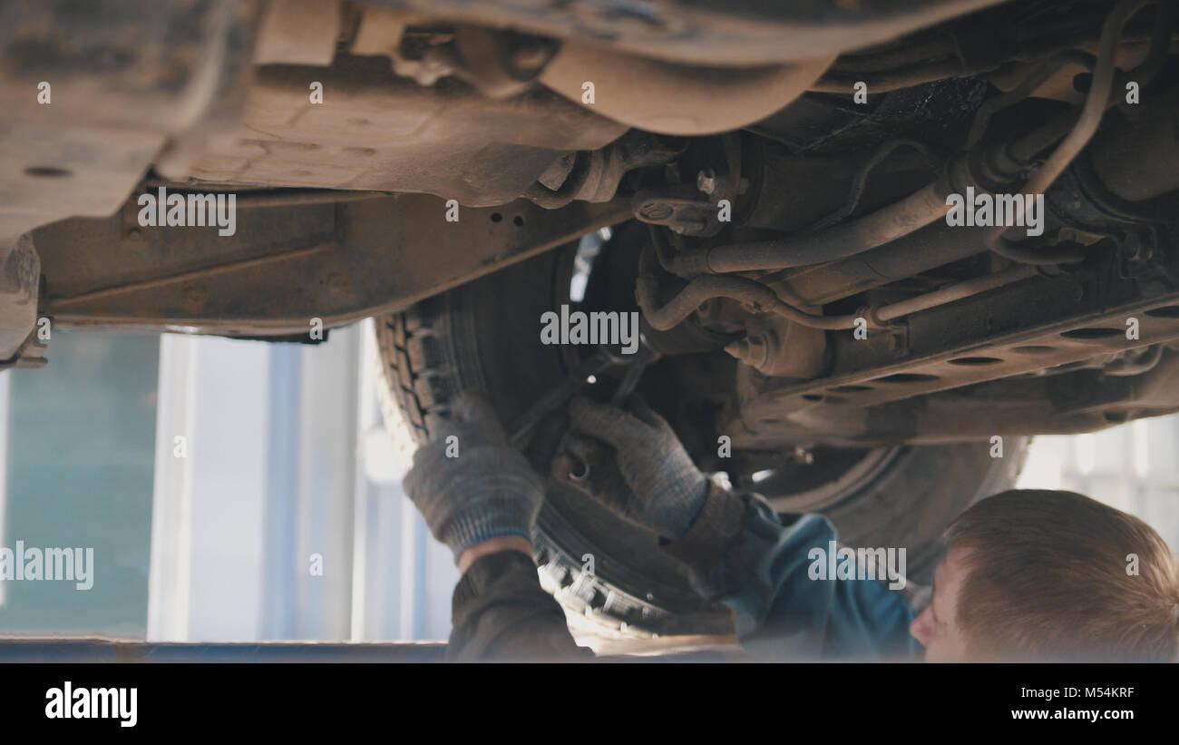 Servicio Automotriz - dispositivo de trabajo ajuste mecánico inferior bajo del coche Imagen De Stock