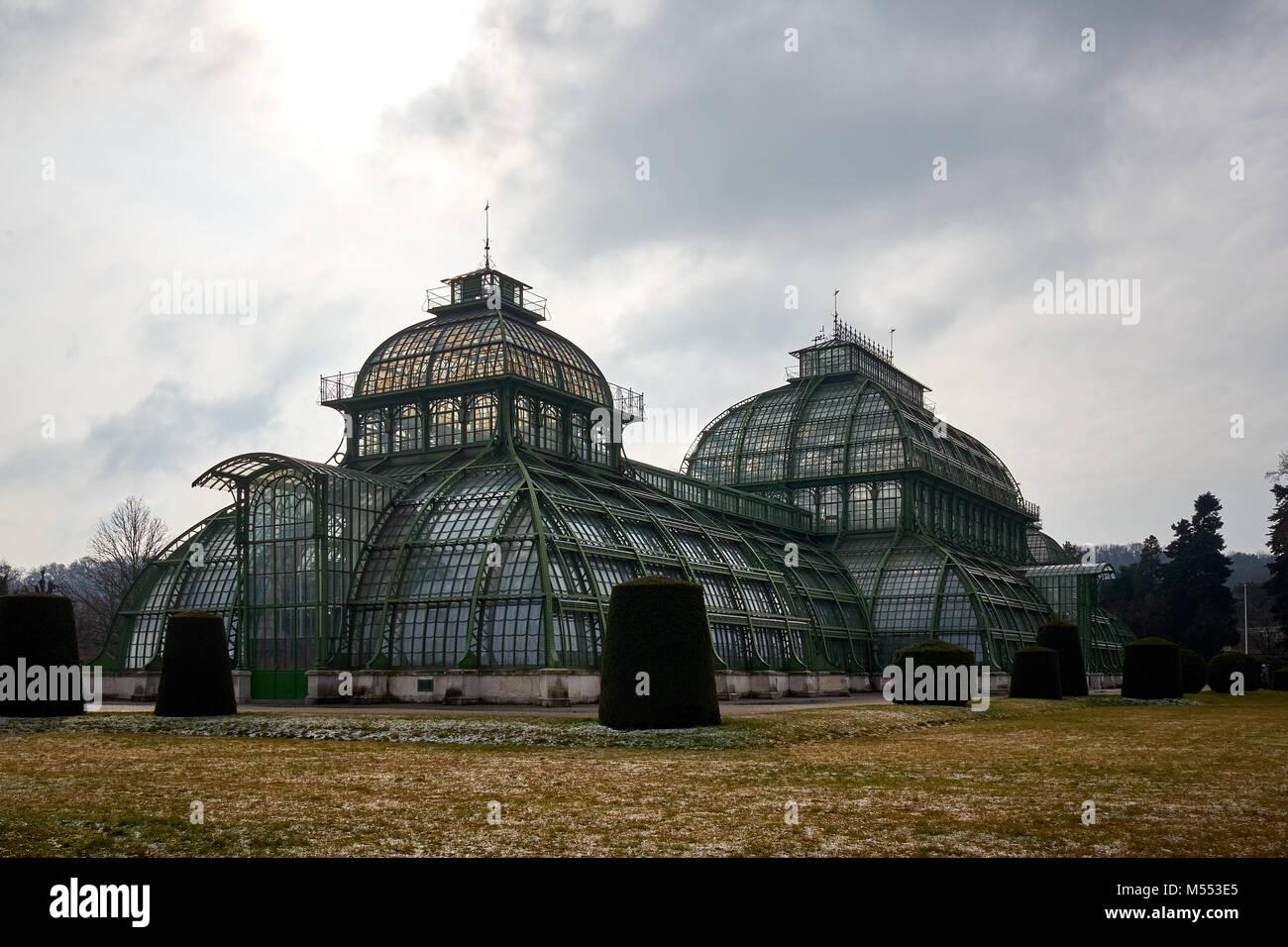 Viena, Austria - 18 de febrero de 2018: la Palmenhaus Schönbrunn Schönbrunn / la casa de las palmeras Imagen De Stock