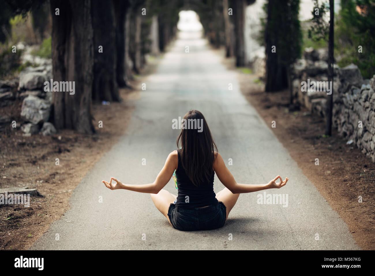 Calma despreocupada mujer meditando en la naturaleza.encontrar paz interior.La práctica del Yoga.La curación Imagen De Stock