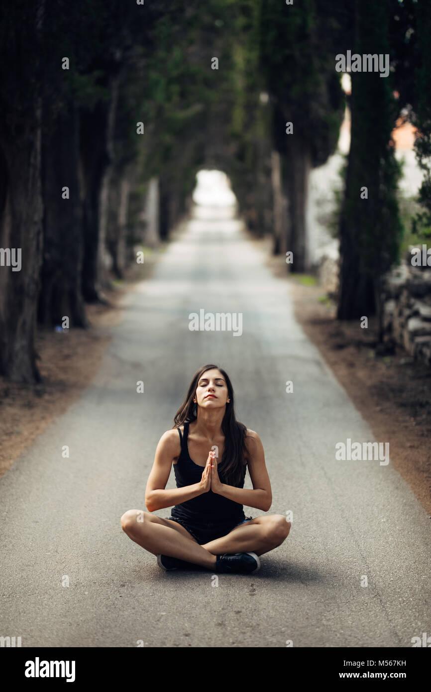 Calma despreocupada mujer meditando en la naturaleza.encontrar paz interior.La práctica del Yoga.La curación espiritual, estilo de vida.Disfruta de la paz,la terapia anti-estrés,mindfulness Foto de stock