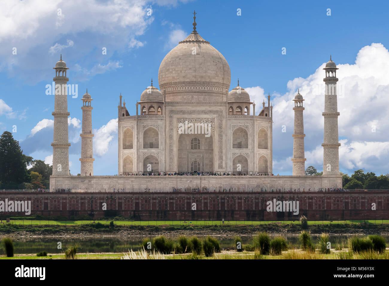 Hermosa vista del Taj Mahal desde el río Yamuna, Agra, Uttar Pradesh, India Imagen De Stock