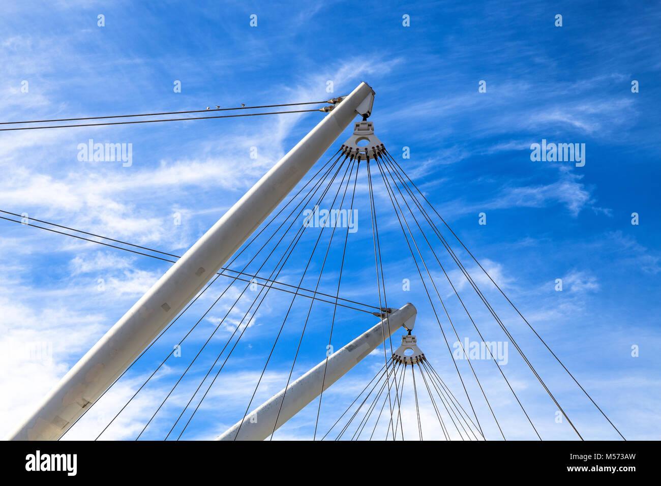 Estructura con postes y tirantes de Bigo, ascensor panorámico en ...