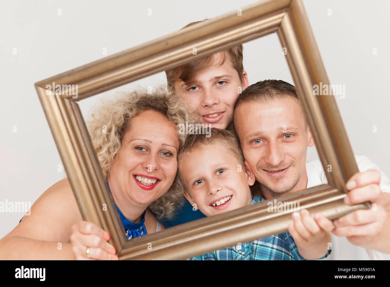 Retratos de cabeza y hombros de una joven familia con el padre, la ...
