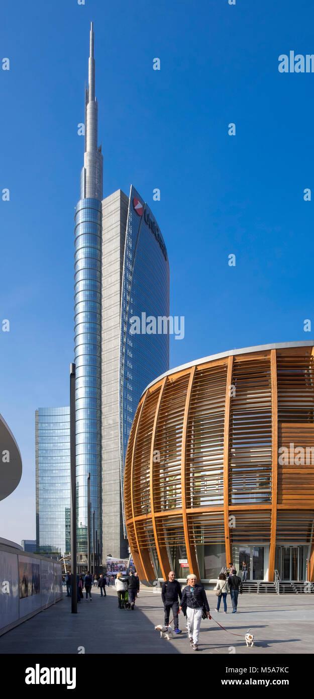 En el distrito de negocios de Porta Nuova, en la Piazza Gae Aulenti, Milán, Italia - con la arquitectura moderna Imagen De Stock