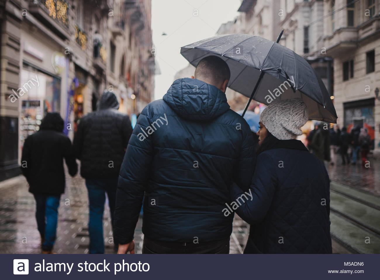 Estambul, Turquía - El 14 de febrero de 2018: encantadora pareja caminando con amor en las calles de Estambul Imagen De Stock