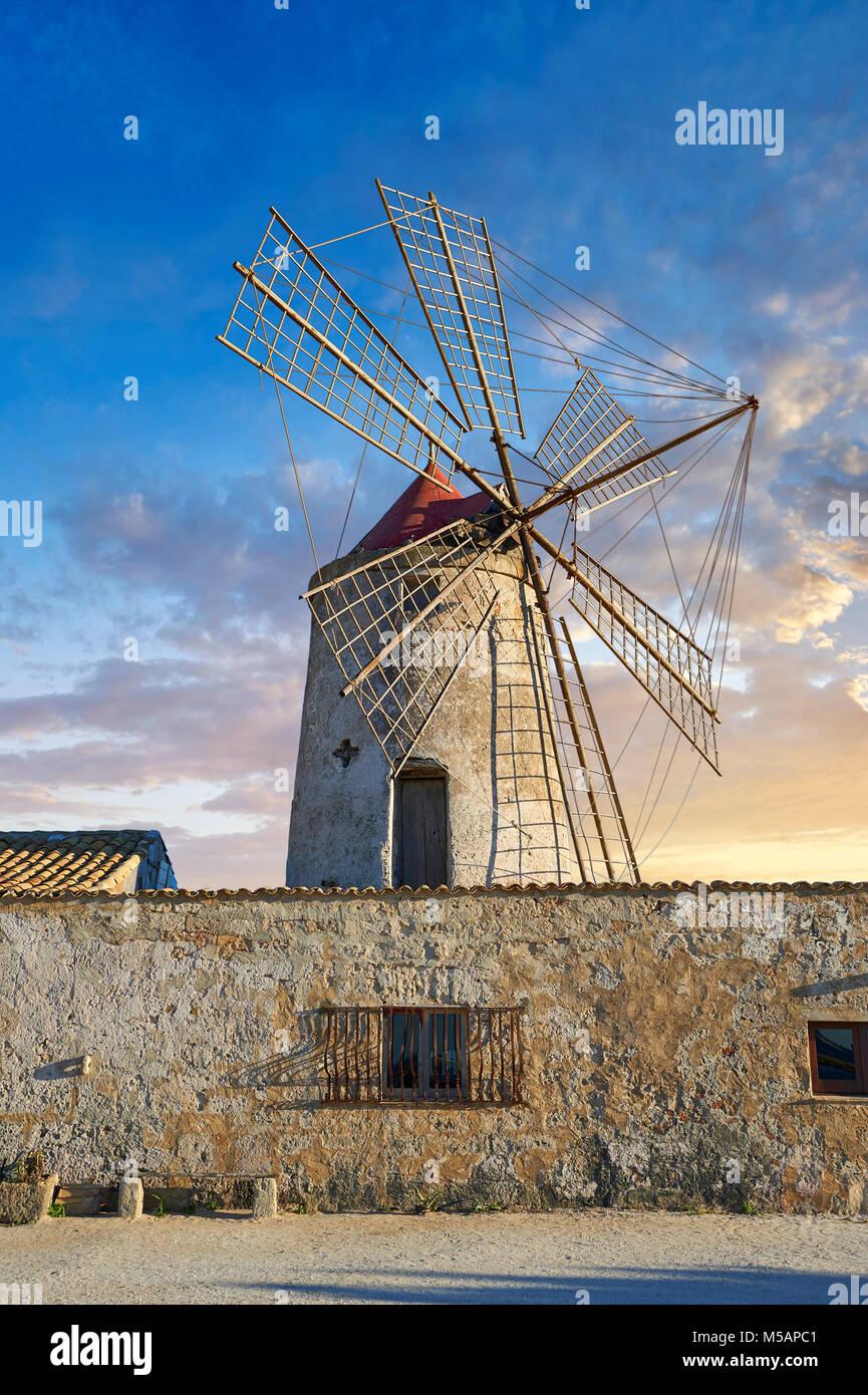 Fotos e imágenes de las salinas y el MUSEO DE NUBIA Nubia molino de viento, World Wildlife Reserve de di salinas de Trapani y Paceco sitio, Trapani, Sicilia. Foto de stock