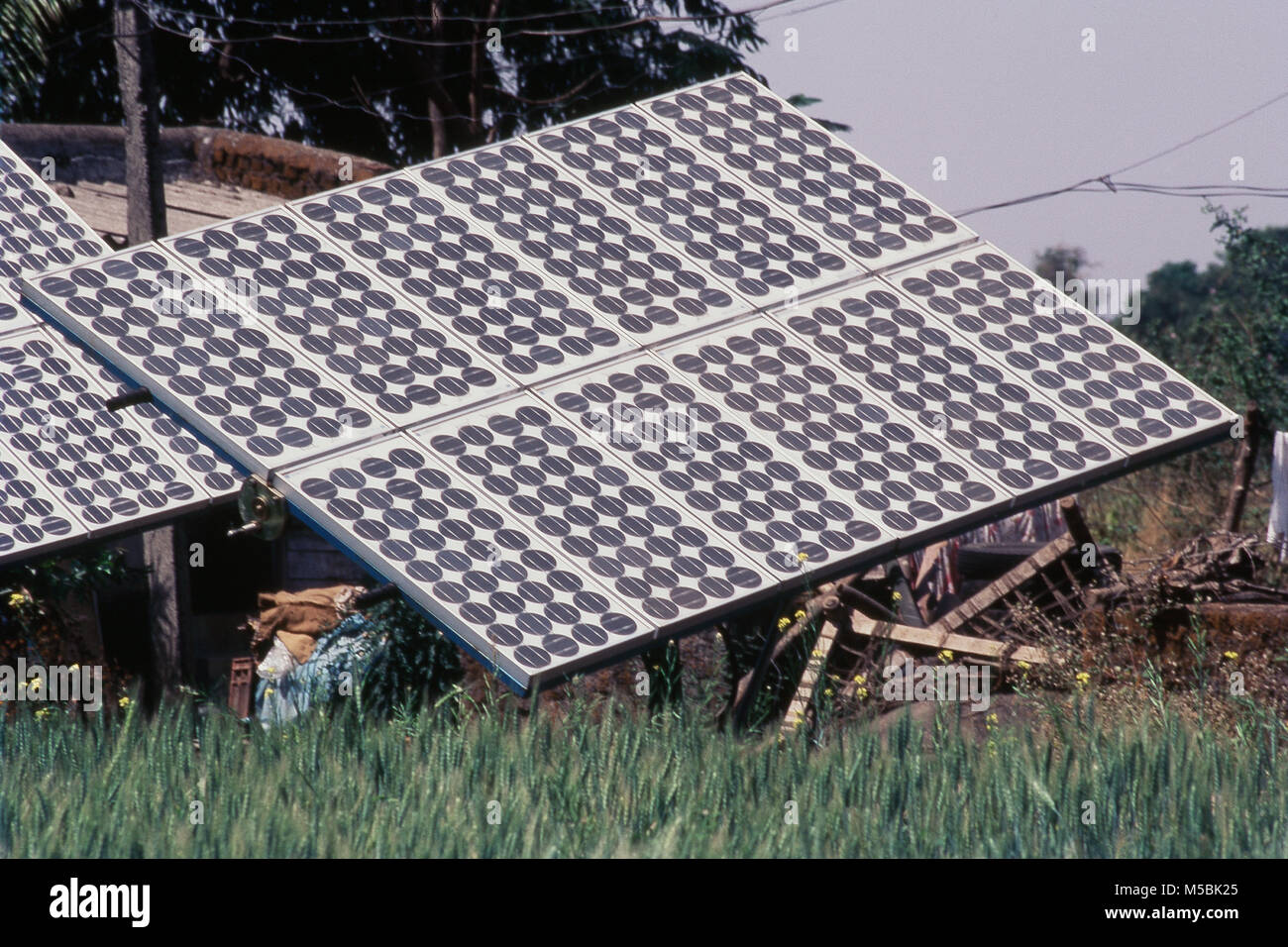 Vista de paneles solares en Murbad, Thane, Maharashtra, India Imagen De Stock