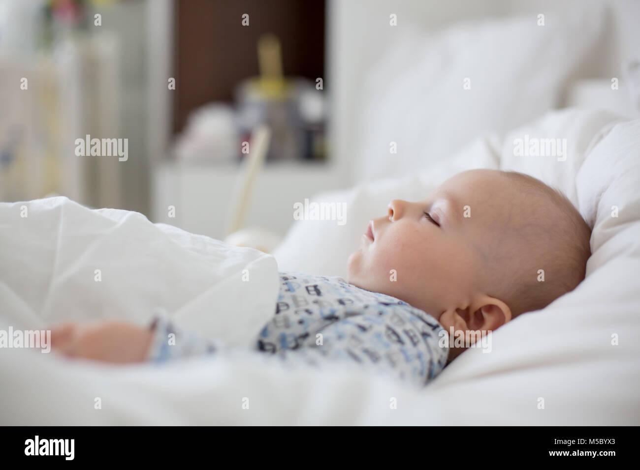 Enfermos, Bab chidl niño acostado en la cama con fiebre, descansando en casa Foto de stock