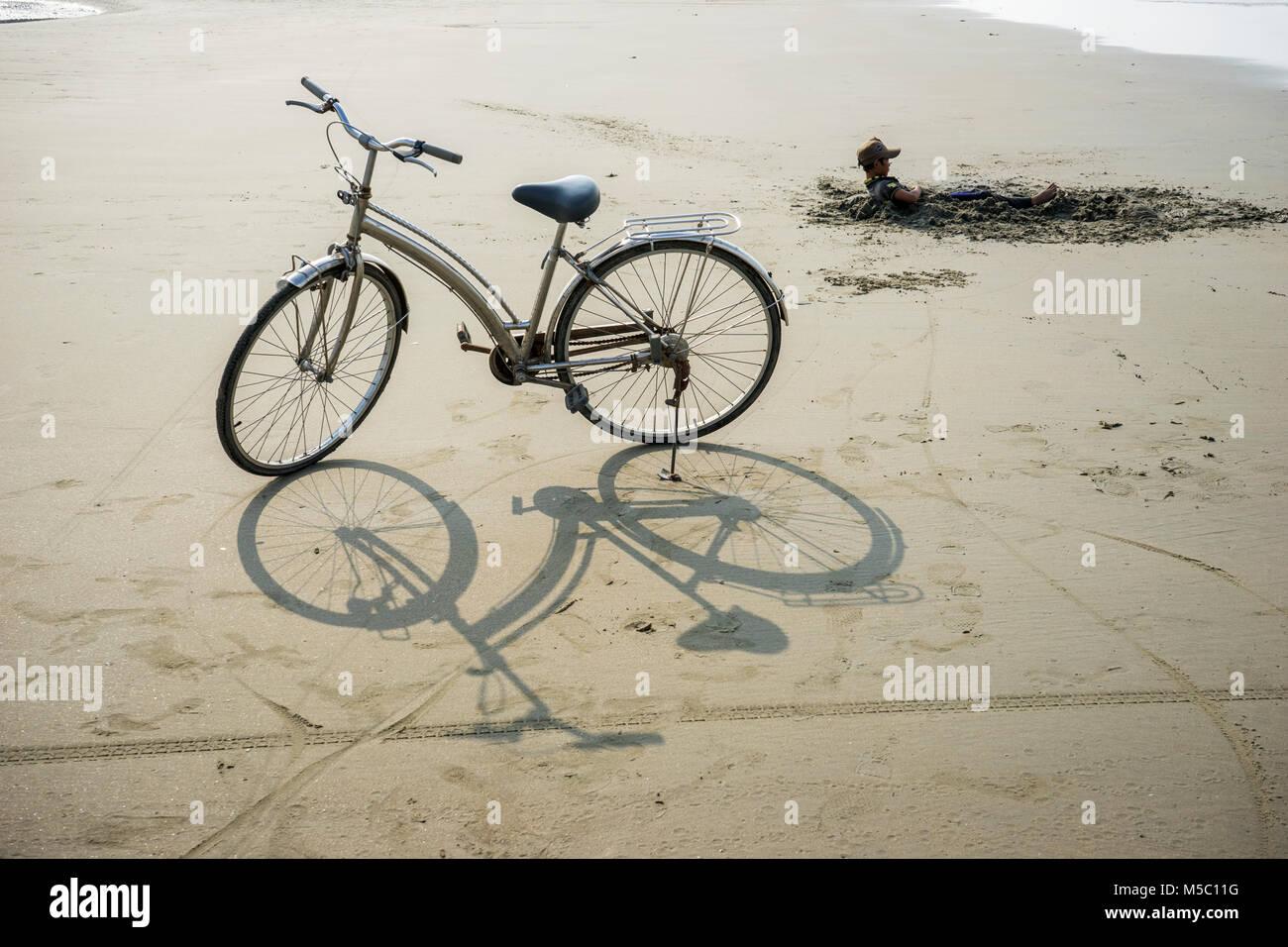 Ir en bicicleta por la playa de Ba Ria Vung Tau, Vietnam Foto de stock