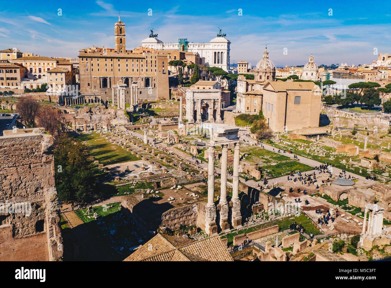 (El Foro Romano El Foro Romano) y ruinas romanas como se ve desde la colina Palatina, en Roma, Italia Imagen De Stock