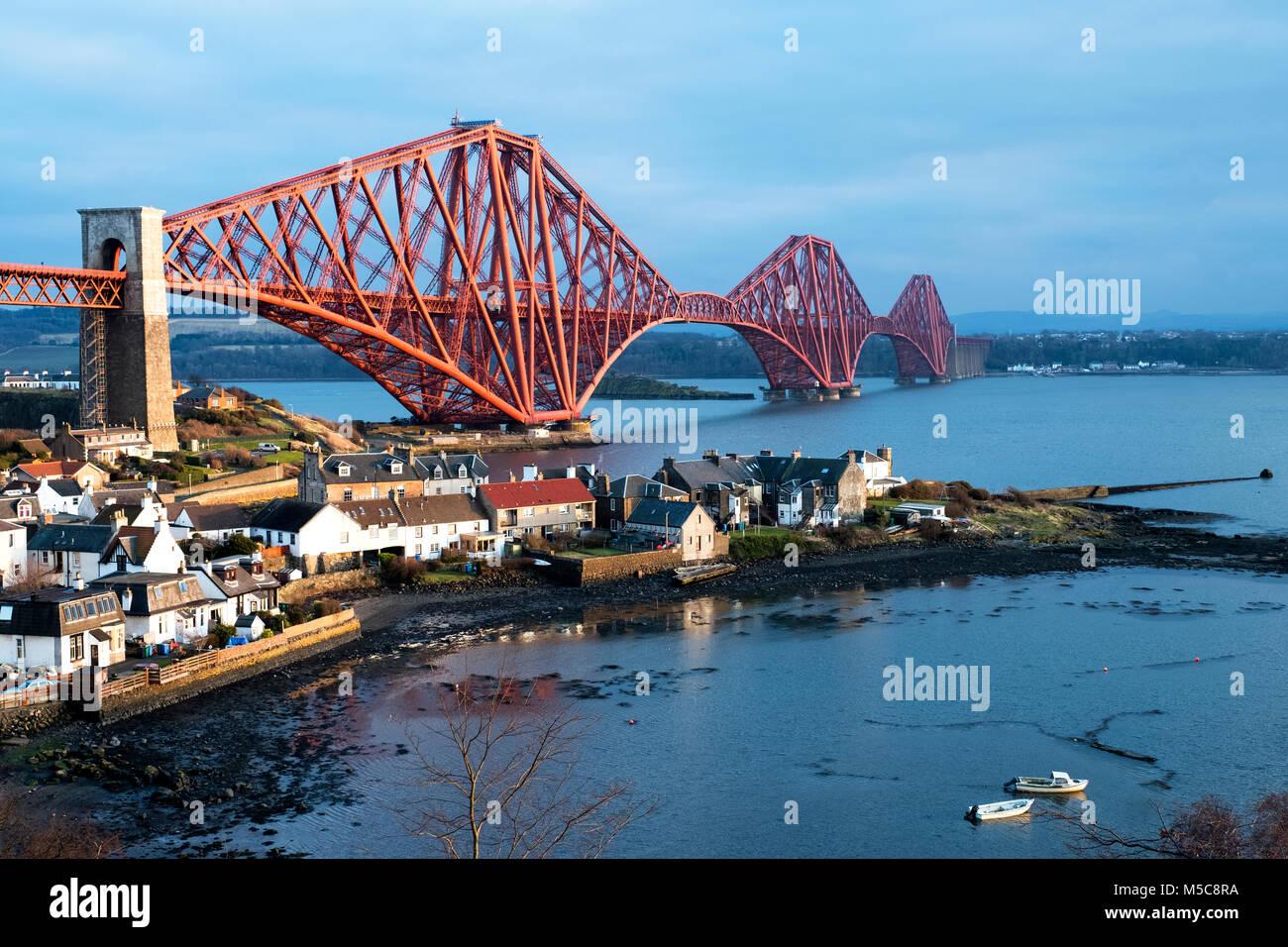El puente ferroviario de Forth vistos desde North Queensferry abarca el Firth of Forth entre North y South Queensferry, Imagen De Stock