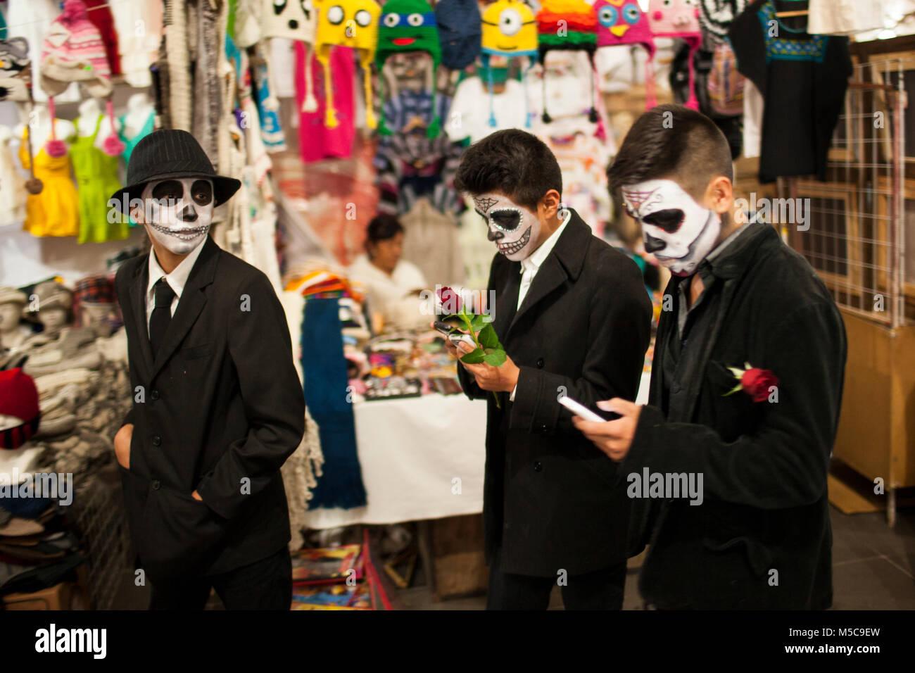 a55fcf5ccb Los niños con sus caras pintadas a pie a través del mercado durante el dia  de