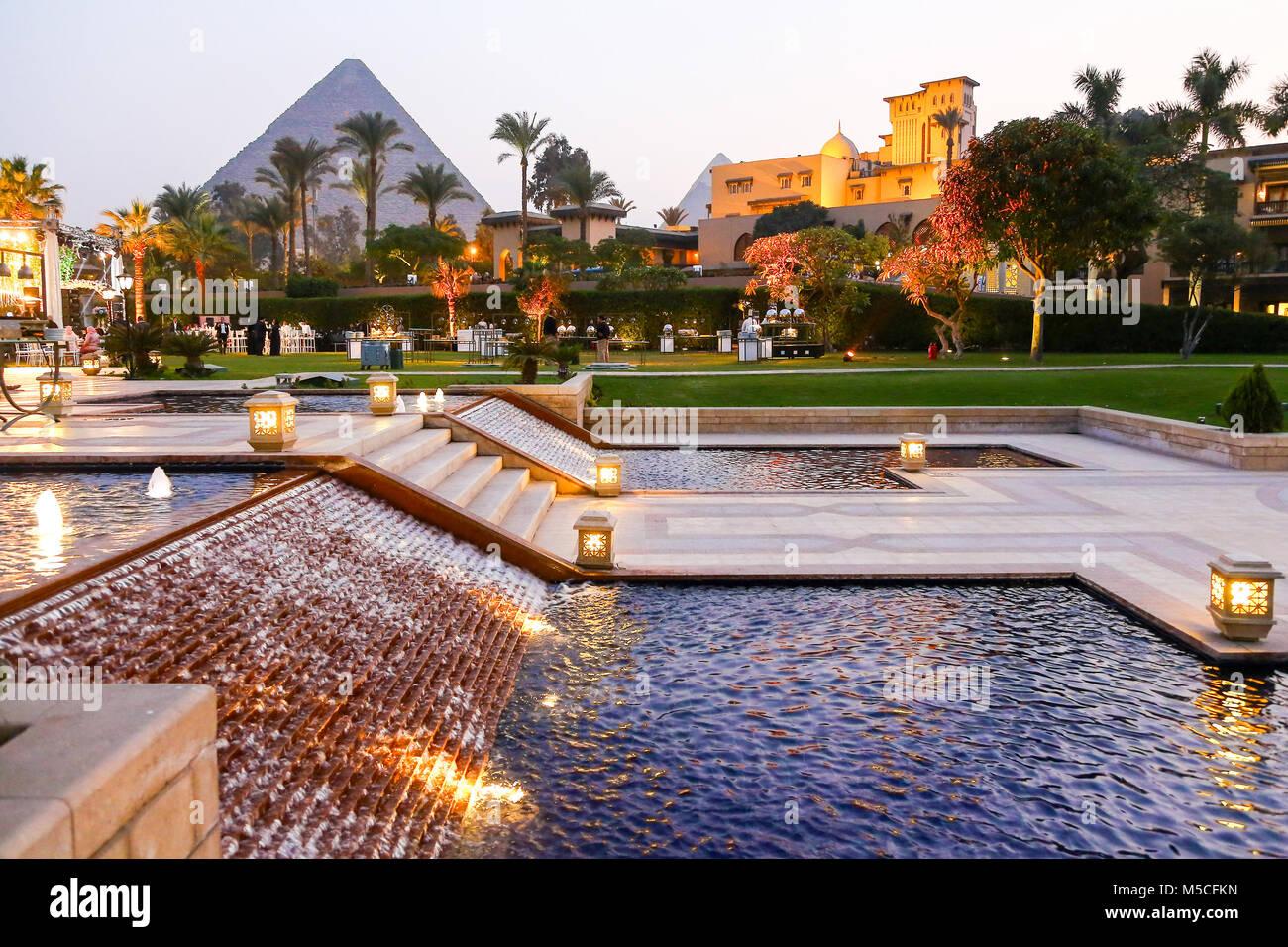 Tarde o vista nocturna de la Mena House Hotel, con las pirámides de Giza, en el fondo, El Cairo, Egipto, Norte Imagen De Stock