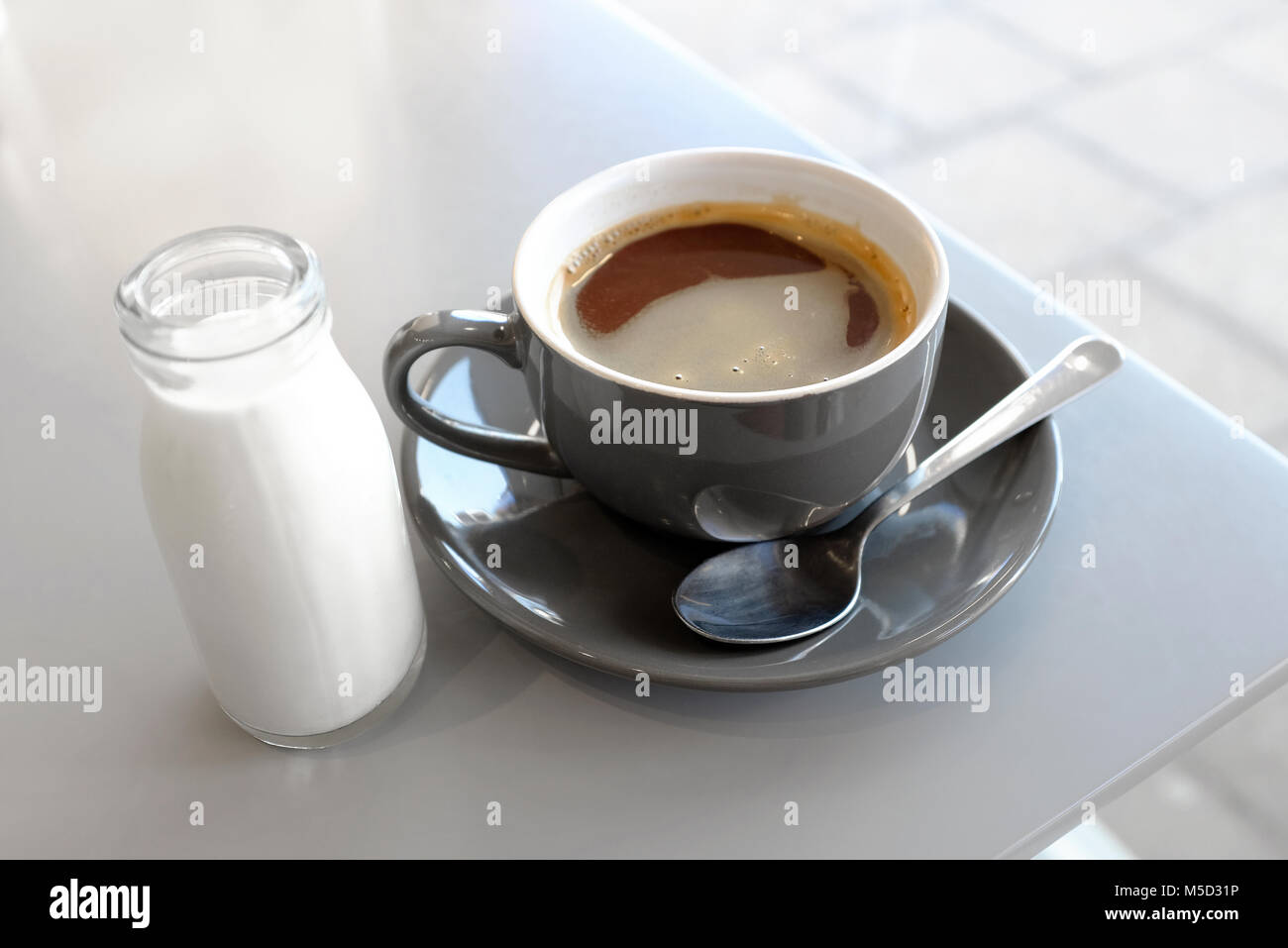 Americano, café con leche en vaso pequeño de vidrio, Norfolk, Inglaterra Imagen De Stock