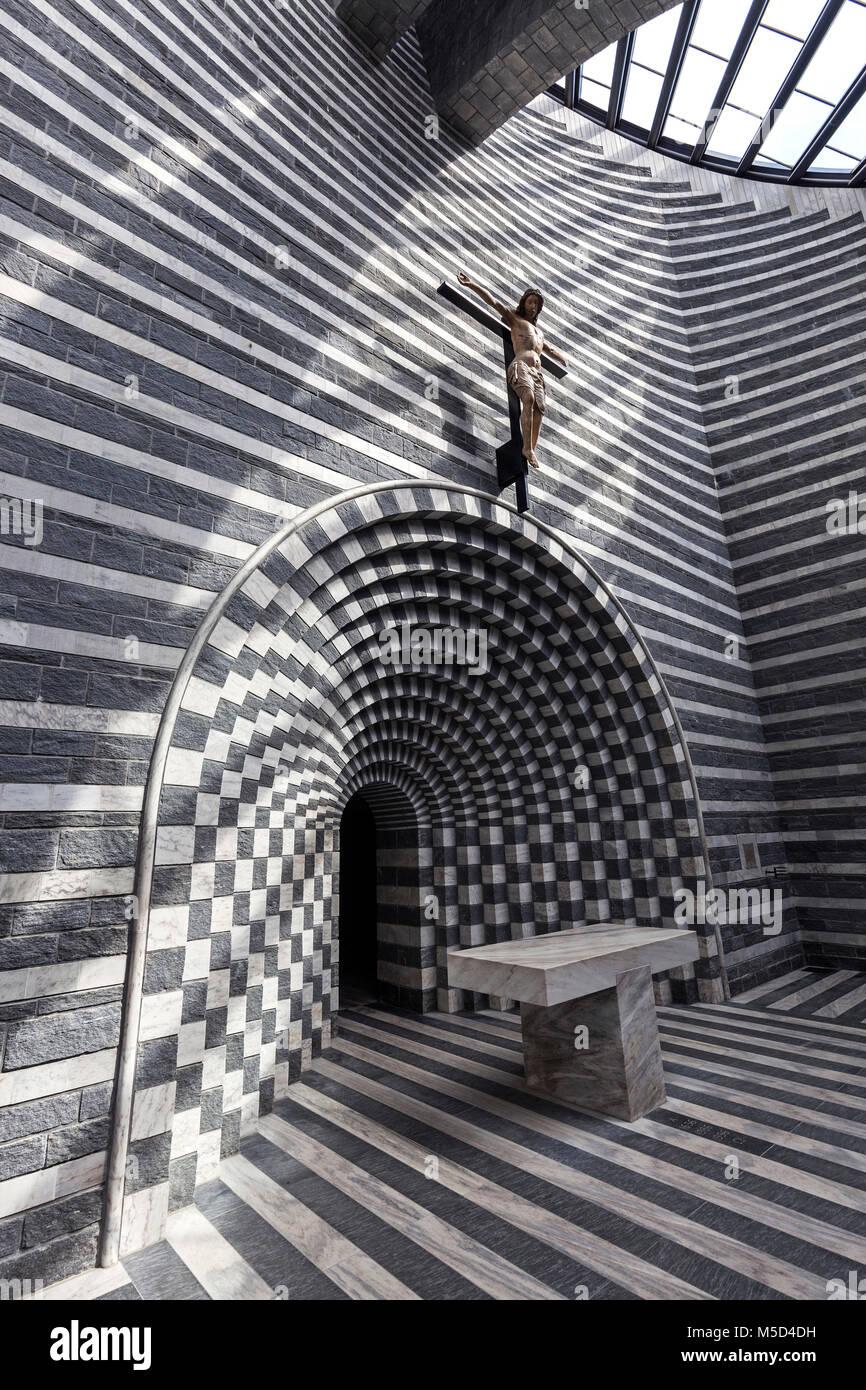 Iglesia de San Giovanni Battista, vista desde el interior, el arquitecto Mario Botta, Mogno, cerca de Lavizzara Fusio, cantón de Tessin, Suiza Foto de stock