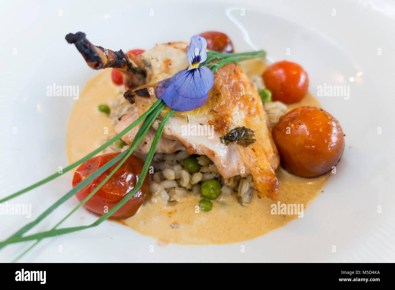 Un restaurante plato con gallina de Guinea, el guisante disparar y guisantes, cebada, tomates en Black Baronía Hotel, Escocia Foto de stock