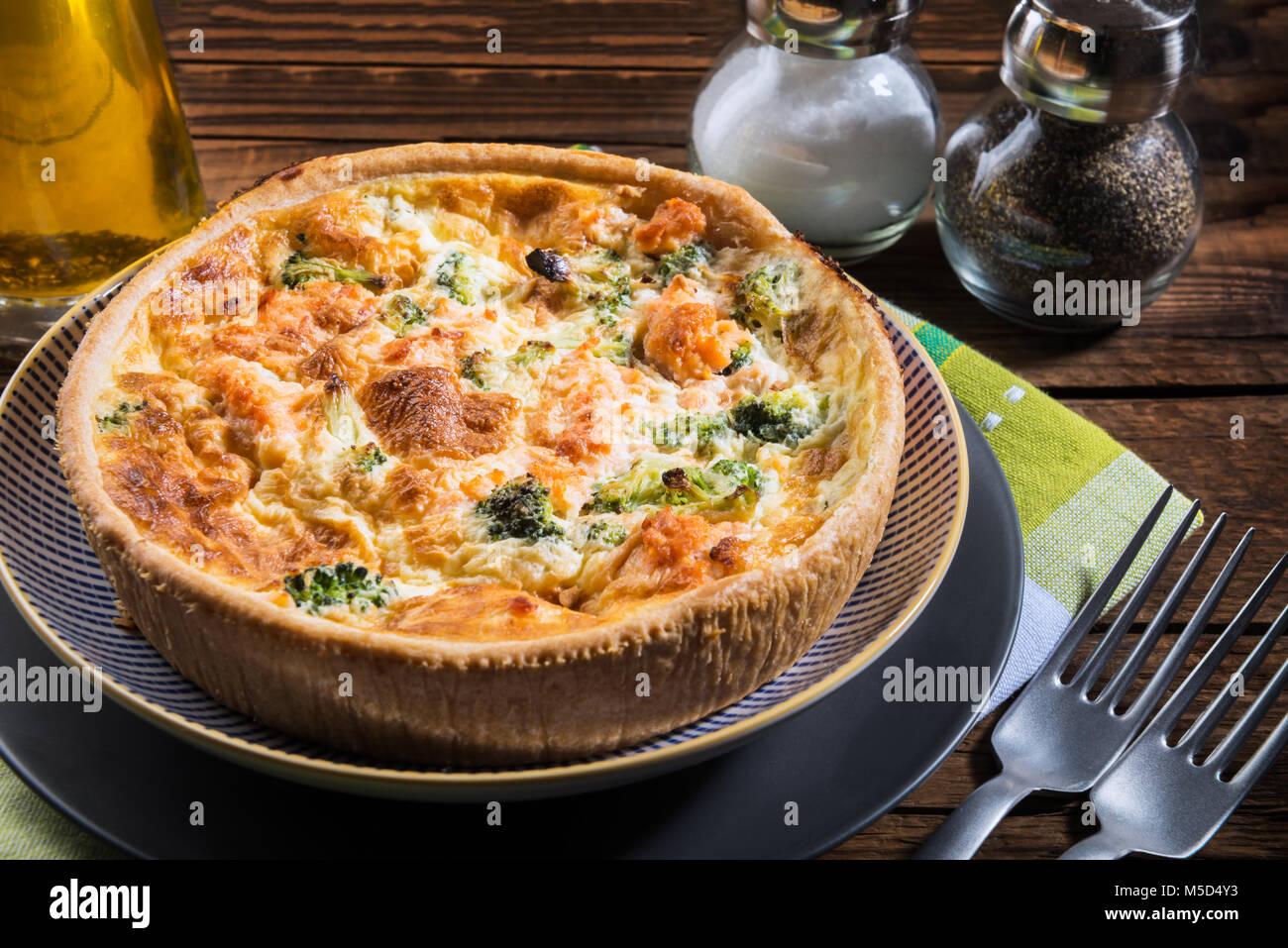 Clásico y brócoli salmón quiche hechas de pasta con floretes de brócoli y salmón ahumado Imagen De Stock