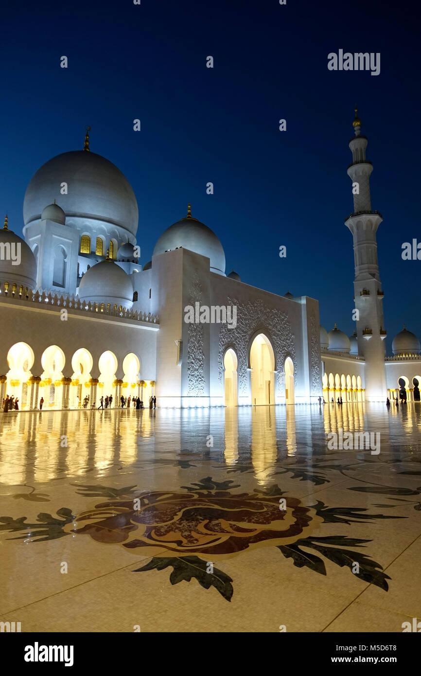 Jeque Zahid mezquita por la noche en Abu Dhabi, Emiratos Arabes Unidos Imagen De Stock