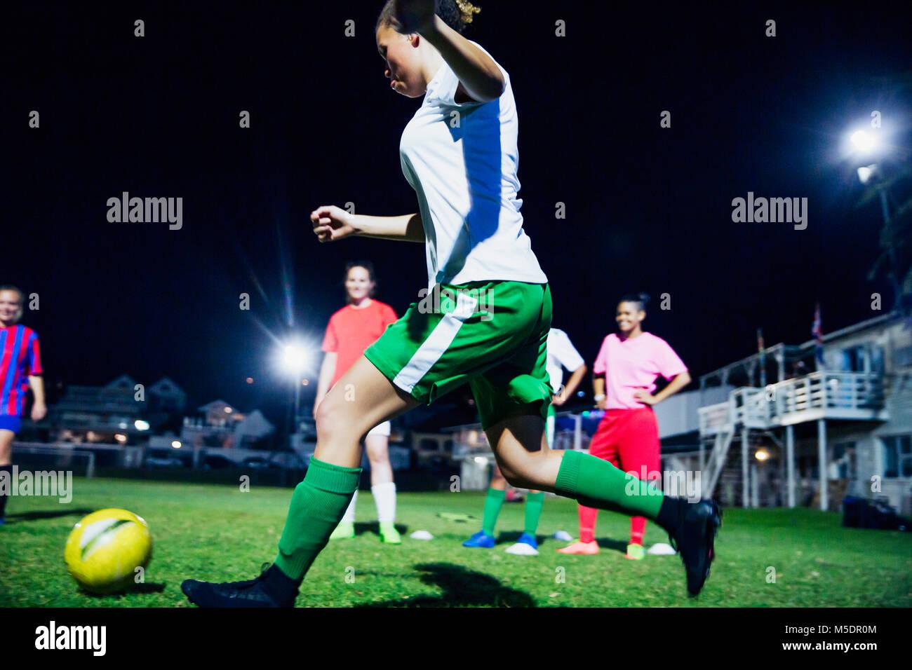 Los Jugadores De Futbol Femenino Jovenes Jugando Al Futbol En El