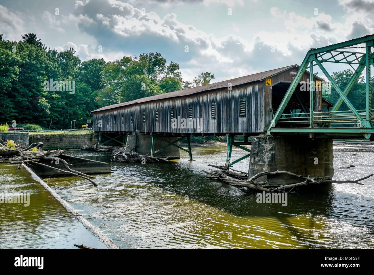 Esto es Harpersfield puente cubierto, que atraviesa el río Grande en el noreste de Ohio el puente tiene más Imagen De Stock