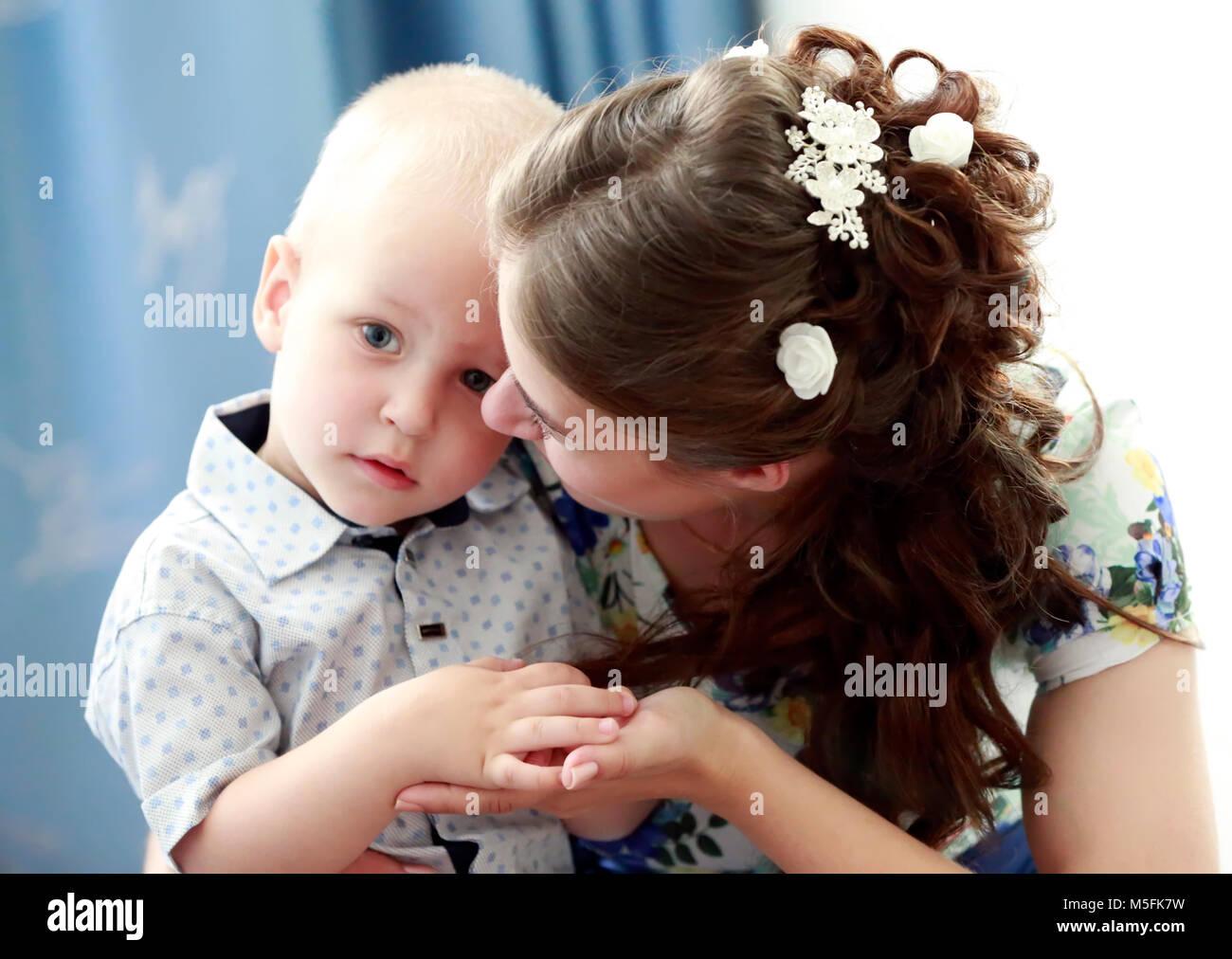 Belarús, Gomel, Boda Central House.El 29 de junio de 2016.La madre abraza a un hijo pequeño Imagen De Stock