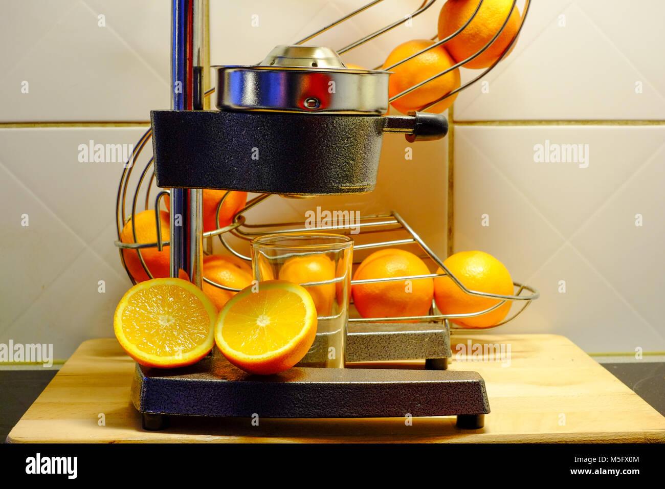 Preparar zumo de naranja recién exprimido con un exprimidor